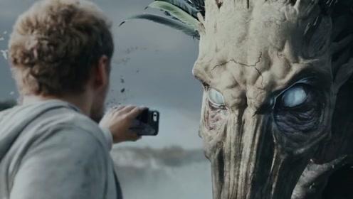 一只千年鸡头怪,对视过的人都会瞬间石化,小伙却给它来了张自拍