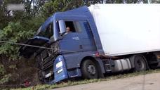 卡车倒在路边了,看下怎么样把它救回来