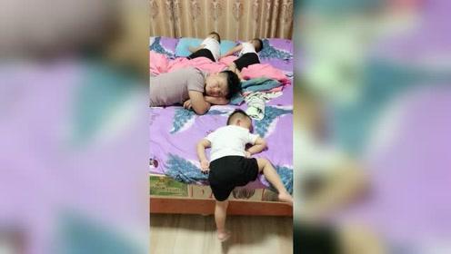 这位小朋友的睡姿,太可爱了!
