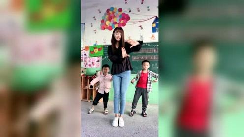 慧慧小姐姐又来了,这次也是带了两位小朋友跳