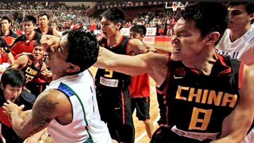 """打架没输过!面对不公平判罚,朱芳雨暴力""""组合拳""""打哭巴西球员!"""