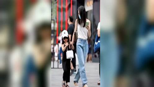 韩国街拍幸福父母女,太羡慕这位美女里有个这么可爱的女儿