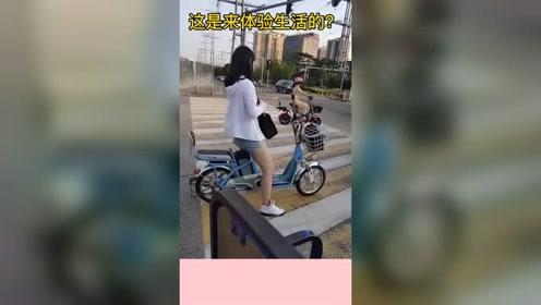小姐姐太低调了,开奔驰还骑电动车,你这是体验生活来了?