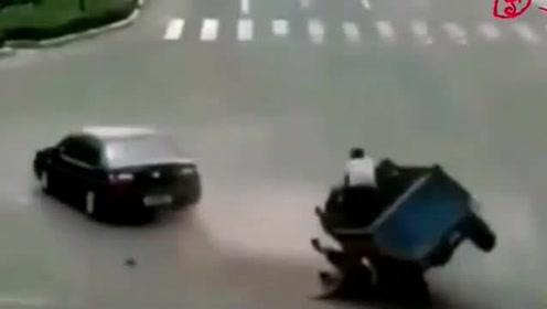 三轮车意外侧翻,众人帮忙抬起,结果发生了搞笑的一幕
