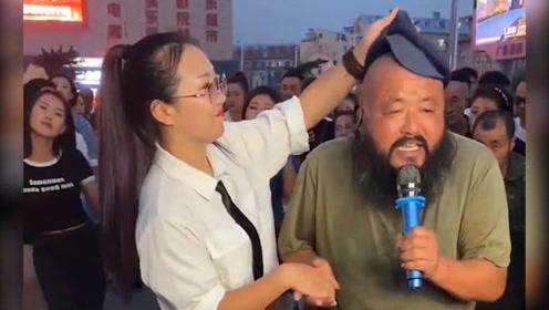 网红大叔广场实力演唱,旁边妹子心疼为他擦汗