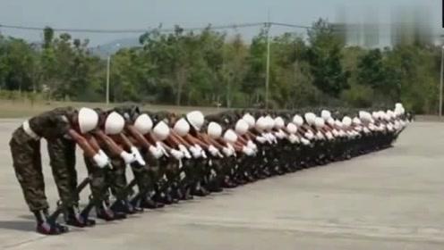 泰国的仪仗队表演,真是太搞笑了,这是在表演