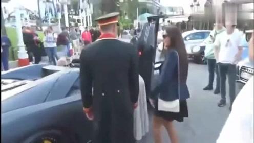 两美女上车的一瞬间:监控记录全部过程