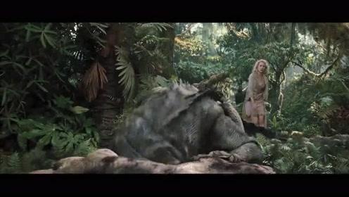 美女撞见怪兽在进食,不料被发现,举报,有人送人头!
