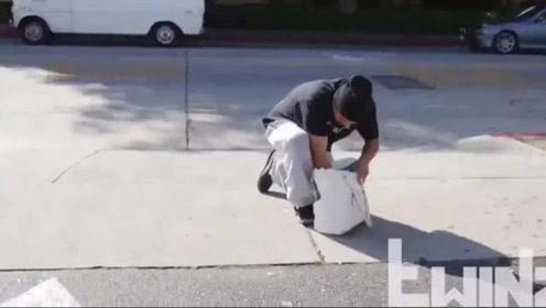 国外恶搞偷车贼视频,翻开包包被甩了一脸*油
