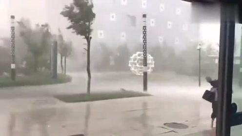 这是多少级台风,旁边的妹子要被吹跑了