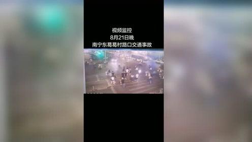 南宁东葛葛村路口事故,监控视频曝光