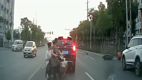 行车记录仪:大妈电动车突然变道,视频车拼死刹车