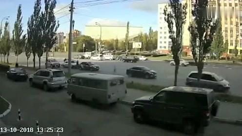 还敢嘚瑟吗,女司机疯狂加塞,视频车司机一脚油门干翻她