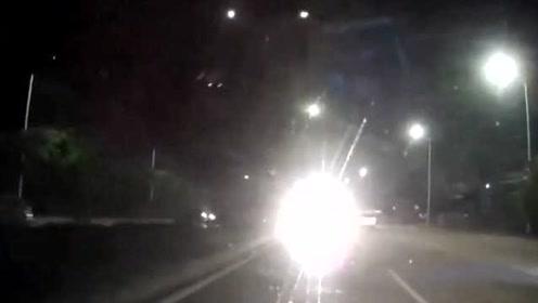 小车司机远光灯嚣张逆行,视频车司机怒怼上去!
