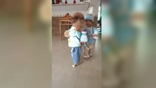 两小朋友背着书包上学去咯,太可爱的狗狗和小