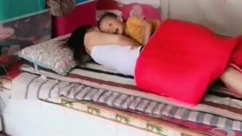 山西美女睡得很香,调皮的儿子来捣乱,要不是亲生的早动手了