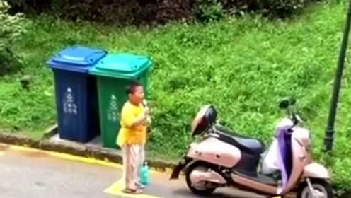 还记得那个扔垃圾火了的小朋友嘛?他又有新的