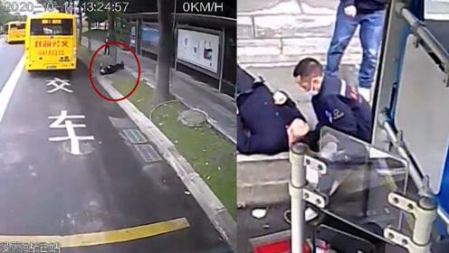 路人公交站台笔直倒下 成都两位公交车司机合力救助!