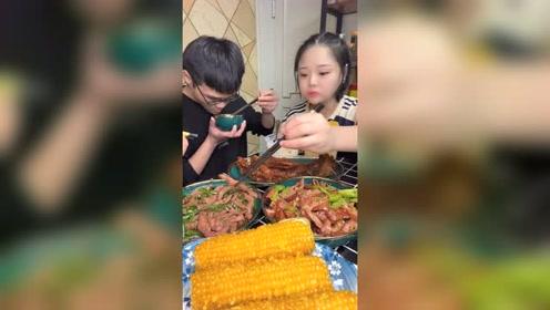 小鱼吃饭时间到了,玉米与排骨吃得津津有味的,伙食真不错