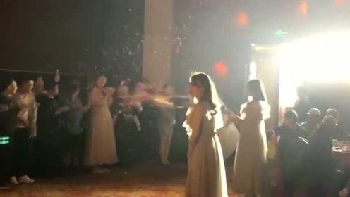 第一次当新娘有点激动,兄弟假扮成新娘恶搞新