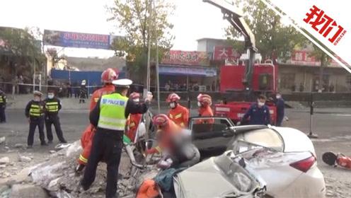 大货车侧翻车内石块散落一地 一轿车被石块压扁车内1死1伤