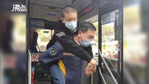 公交司机坚持六年每天背轮椅男孩上下车:看到孩子逐渐康复很开心