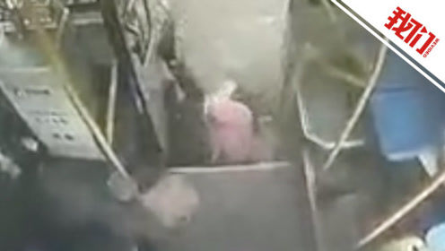 四川眉山公交车被半挂车追尾车内监控曝光:一正要下车乘客受冲击滚地上