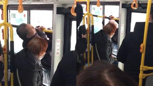 暴雪致交通瘫痪,公交车上大爷直接翻窗跳车,乘客:老爷子真是个犟种