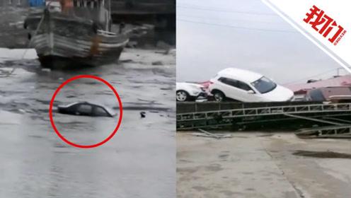 大连庄河大风有车辆被吹进海里 有彩钢房被风卷起砸坏多车