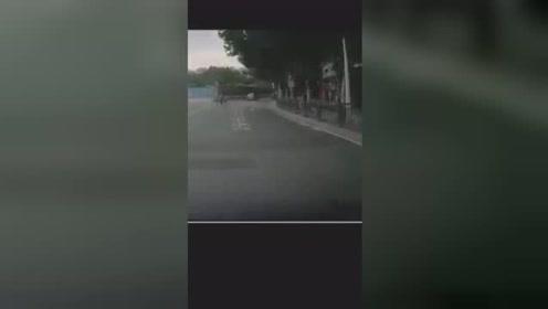 看过这段视频,你还会开斗气车吗?