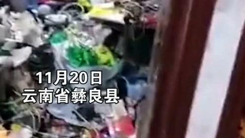 老人捡垃圾上瘾,屋里已经变成垃圾场了,邻居实在是没办法选择报警了