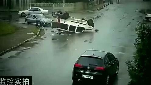 路口拍下的惨烈车祸,要不是监控,谁会相信这一切