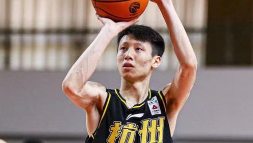 赵岩昊反击时被对手绊倒,裁判果断吹罚违体