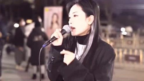 美女街头演唱一曲《白月光与朱砂痣》,伤感好听,听完心都碎了!