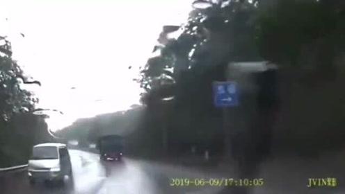 听人劝事故少一点,任性超车不减速出车祸!这一切要不是视频谁信