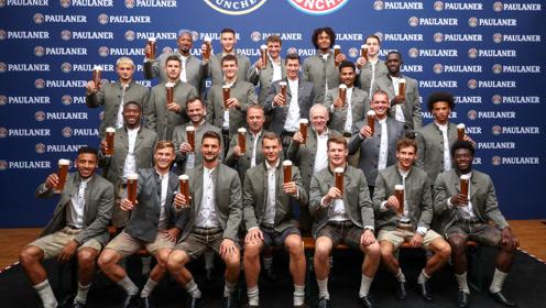 拜仁参加慕尼黑啤酒节 全员穿着传统皮裤堪比男模
