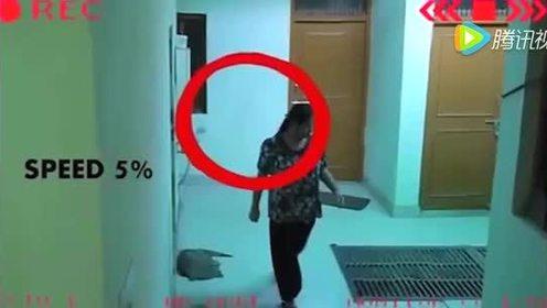 灵异事件 大妈上厕所出来被神秘绊了一下 胆小慎入
