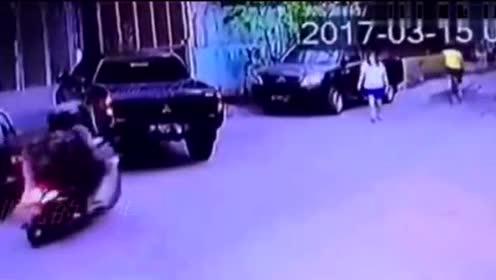 年轻女子一大早正步行去上班 监控却突然记录下这一幕