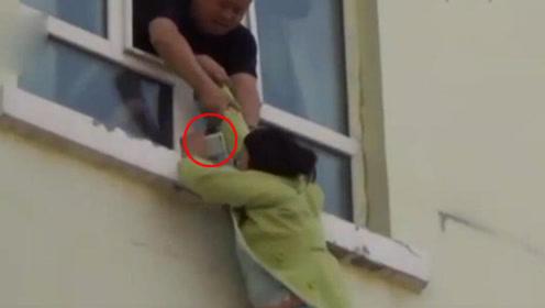 实拍女子跳楼瞬间被抓住 一手紧拽手机不放