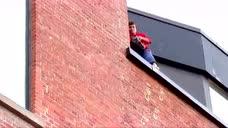 惊险! 国外小朋友会飞檐走壁,恶搞市民们,市民