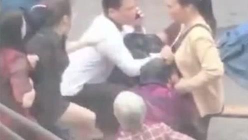 重慶:孩子騎車與貨車相撞 不幸身亡 家屬當場崩潰哭得撕心裂肺