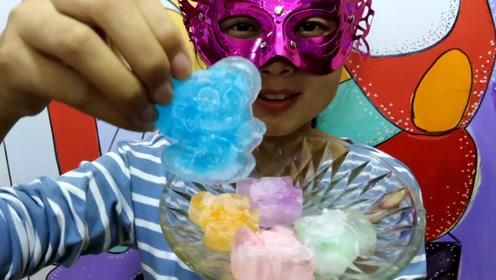 """妹子试吃""""12生肖老鼠彩冰"""",吃的好开心,肯定是属猫的"""