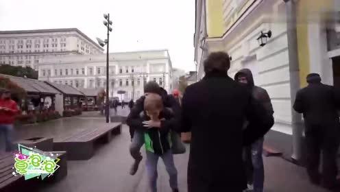 国外街头恶搞视频 这小伙太会玩了 美女笑得都不