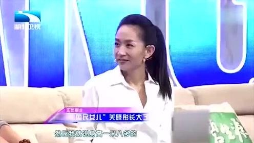 关晓彤和妈妈一起接受采访,原来姑娘漂亮都是有