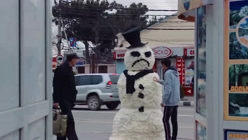 外国小伙假扮雪人,马路上恶搞,吓的美女大叫