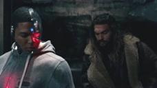 闪电侠参观蝙蝠侠的地盘,高兴的像个小孩,男人果然是长不大的小孩