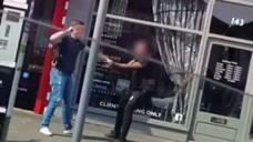 英国警察街头殴打青少年 嫌疑犯呼救:快帮我报
