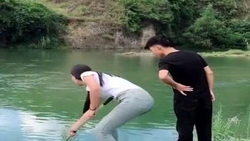 这个视频火了,美女海边捞鱼接下来一幕搞笑了