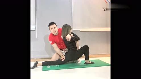 瑜伽教学:舞蹈基本功训练,教练上阵指导,妹子痛的惨叫,好心疼