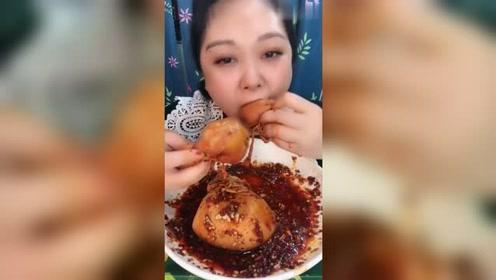 美女吃播羊脑,配着洋葱吃的真带劲,从头到尾不带停的!